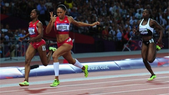 Allyson Felix cruza primera la línea en la final femenina de los 200 metros planos