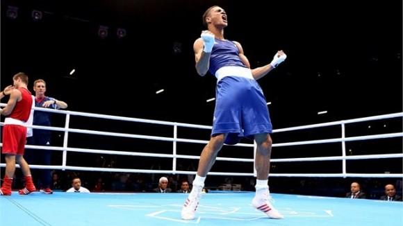 Boxeador británico Anthony Ogogo festeja su triunfo sobre el campeón mundial Levgen Khytrov de Ucrania