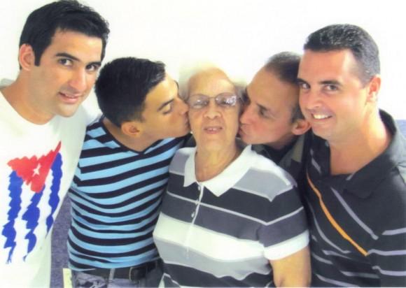 Antonio Guerrero recibe la visita de sus hijos Tony y Gabriel, su mamá -Mirta-, su hermana -Maruchi- y su sobrino.