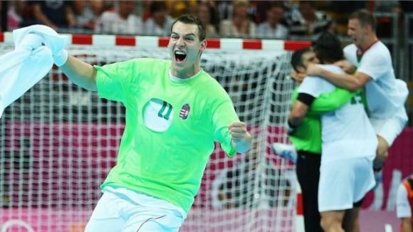 El equipo húngaro celebra su victoria sobre Islandia en los cuartos de final del balonmano