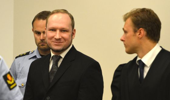 Anders Behring Breivik a su llegada al tribunal para escuchar el veredicto donde ha sido declarado culpable. / ODD ANDERSEN (AFP)