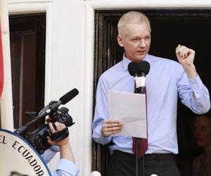 Assange, en su última intervención ante la embajada ecuatoriana en Londres. Foto: Reuters.