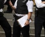 El agente acusado de meter la pata fue fotografiado sosteniendo una nota, escrita a mano, que detalla todas las maneras posibles a las que puede recurrir Assange en busca de escapar del edificio en el que lleva refugiado los últimos dos meses.