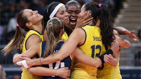 Las féminas brasileñas festejan la apretada victoria contra China en el voley en 5 sets