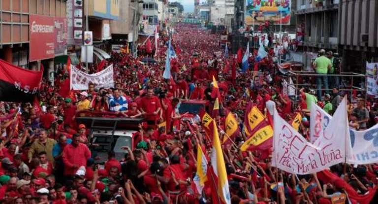 El presidente Chávez encabeza una caravana en San Cristobal, Táchira. FOTO: AVN
