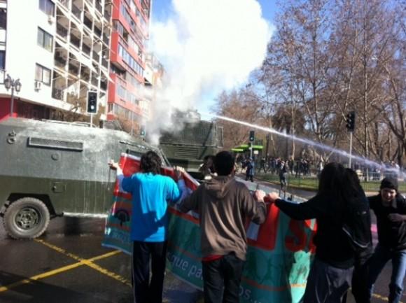 Abuelos, niños y transeúntes se han visto afectados por gases y el accionar de la caballería. Ya hay varios detenidos.