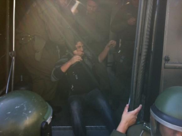 Abuelos, niños y transeúntes se han visto afectados por gases y el accionar de la caballería. Ya hay varios detenidos. Foto: El Ciudadano, Chile