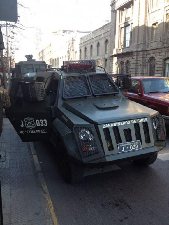 """En Avenida Portugal con Alameda se pueden ver nuevos vehículos de los Carabineros. """"Parece que el Estado prefiere invertir en material para las Fuerzas Armadas que en la educación"""", dicen los autores de la foto, tomada desde el facebook Estudiantes Informados (Movimientos Sociales). Foto: El Ciudadano, Chile"""