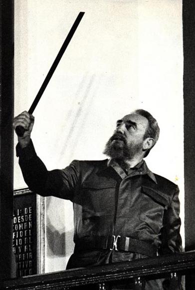 Fidel con el machete de Antonio Maceo, acto en el 35 aniversario de la Revolución. Santiago de Cuba el 1 de Enero de 1994 Foto: Ismael Francisco/Cubadebate.