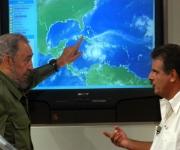 Fidel Castro en la Mesa Redonda Informativa sobre las orientaciones y los preparativos para enfrentar el Huracán Iván. Licenciado Jose Rubiera, Jefe del Departamento de Pronosticos del Instituto de Meteorologia.  Foto: Ismael Francisco/Cubadebate