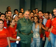 Fidel con Jovenes al terminar una Mesa Redonda. Foto: Ismael Francisco/Cubadebate.