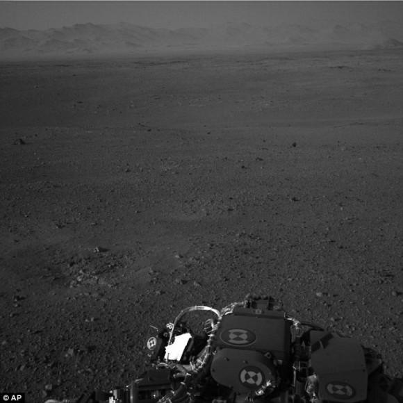 Similar a la Tierra del paisaje: Esta imagen difundida por la NASA y tomada por las cámaras de a bordo del rover Curiosity muestra los científicos dicen que se parece a Marte horizonte del desierto de Mojave