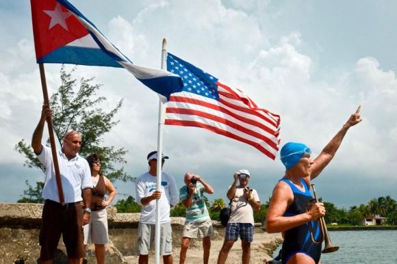 La nadadora estadounidense Diana Nyad, de 62 años, emprendió este sábado su cuarto intento de cruzar a nado el mar plagado de tiburones desde Cuba a Estados Unidos. Foto: AFP
