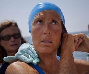La nadadora estadounidense Diana Nyad comienza a nadar en La Habana el sábado, 18 de agosto del 2012 rumbo a la los cayos de la Florida sin jaula de protección contra los tiburones. Foto: Ramon Espinosa, AP.