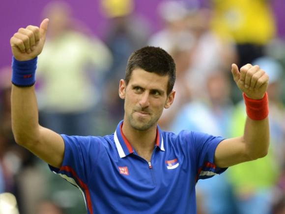 El tenista serbio Novak Djokovic celebra su victoria ante el estadounidense Andy Roddick durante la segunda ronda de tenis masculino individual de los Juegos Olímpicos Londres 2012, en Wimbledon, Londres, Inglaterra, hoy, martes, 31 de julio de 2012. EFE/Andy Rain