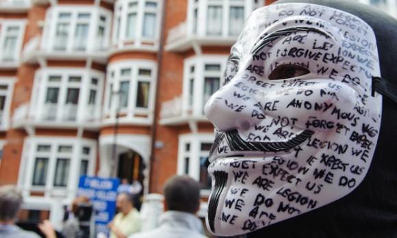 Manifestantes apoyan a Julian Assange frente a la Embajada de Londres.