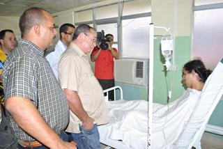 El Primer Secretario del Partido en Santiago de Cuba, Lázaro  Expósito (en el centro), visita a los lesionados. Foto: Jorge Luis  Guibert/ Sierra Maestra