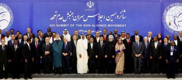 Líderes y delegados del Movimiento de Países No Alineados (NOAL), posan para la foto oficial de la XVI  cumbre de los  No Alineados (NOAL), en la ciudad de Teherán, Irán, el 30 de agosto de 2012.  AIN      FOTO/MEHR NEWS/RAOUF MOHSENI/AFP