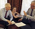 Assanga (izquierda) con el abogado Garzón. Foto: AP