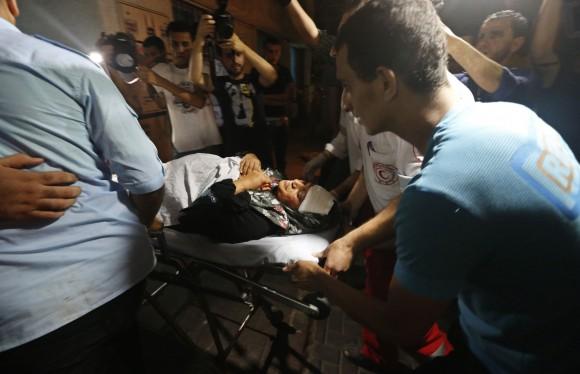 Una mujer palestina ingresa en el hospital de Gaza tras el bombardeo esta madrugada. Foto: Reuters