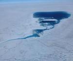 Un lago en la capa helada de Groenlandia, fotografiado el pasado 21 de julio. / MARCO TEDESCO