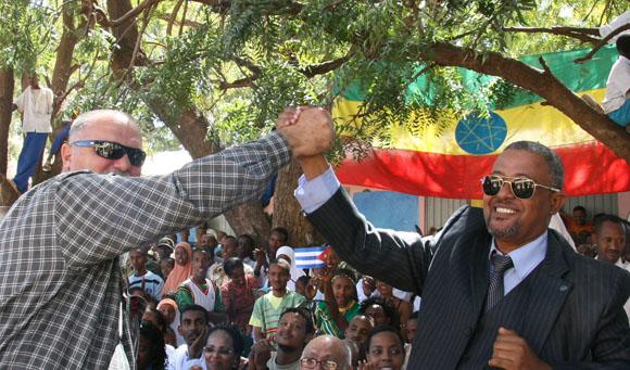 Orlando Cardoso Villavicencio. Héroe de la República de Cuba. Prisionero en Lanta Buur, Somalia, durante casi 11 años, saluda a su compañero de prisión el etiope Assegid, en una escuela rural. Foto: Ismael Francisco/Cubadebate.