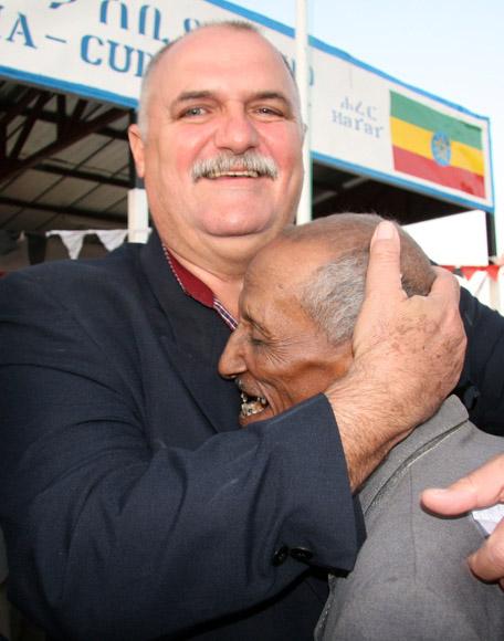Orlando Cardoso Villavicencio. Héroe de la República de Cuba. Prisionero en Lanta Buur, Somalia, durante casi 11 años, saluda a un compañero de prision  etiope. Foto: Ismael Francisco/Cubadebate.