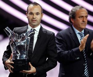 Iniesta y el presidente de la UEFA, Michel Platini. Foto: Eric Gaillard/Reuters.