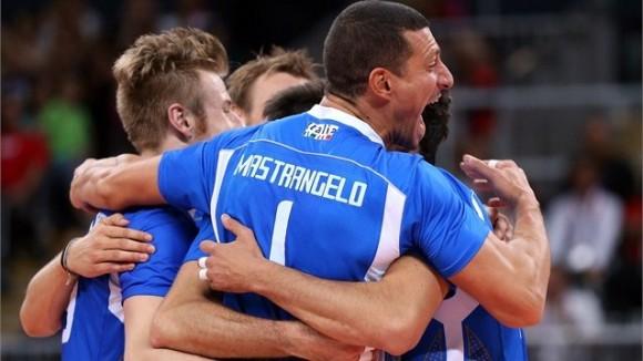 El equipo italiano celebra su sorpresiva victoria sobre Estados Unidos en cuartos de final del voleibol masculino