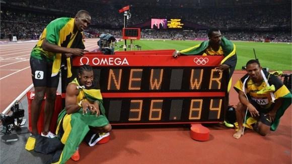 Equipo de Jamaica junto al record olímpico