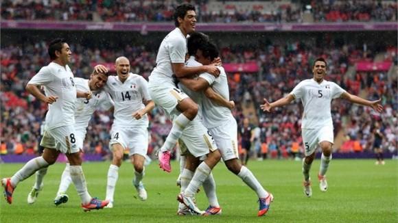 Javier Cortés de México celebra con sus compañeros el tercer gol contra Japón en las semifinales del Fútbol