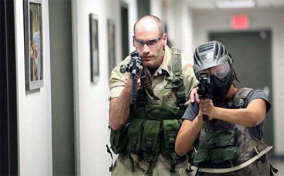 Larry Yatch, un ex efectivo de las fuerzas de operaciones especiales de la Marina de los EE.UU., propone a la gente ponerse en la piel del cazador del líder de Al Qaeda recreando la operación en la que Osama bin Laden fue abatido.