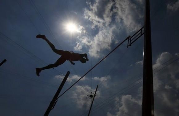 Leonel Suárez en el salto con vallas, en la final del decatlón, donde obtuvo la medalla de bronce. Foto: Reuters/Kai Pfaffenbach.