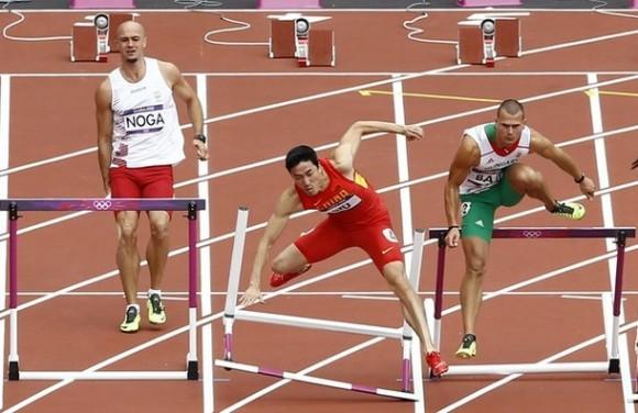 El chino Liu Xiang, al centro, cae como el polaco Artur Noga, a la izquierda. El húngaro Balazs Baji, a la derecha, reacciona en el heat de los 110 metros con vallas. Foto: AP Photo.