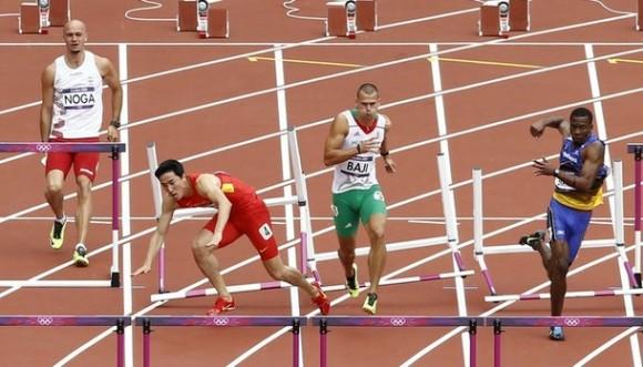 Liu Xiang, segundo a la izquierda, cae, así como el húngaro Balazs Baji y el polaco Artur Noga. El barbadense Shnae Brathwaite reacciona durante el heat de los 110 metros con vallas en el atletismo en el Estadio Olímpico en Londres. Foto: AP Photo/Daniel Ochoa De Olza.