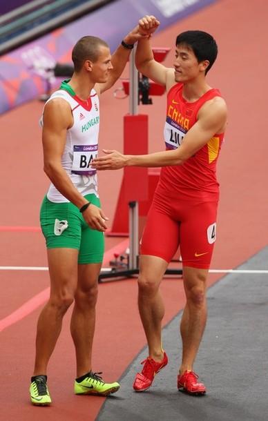 El húngaro Balazs Baji choca sus manos con Liu Xiang después de la carrera en el día 11 de los Juegos Olímpicos de Londres 2012. Foto: Cameron Spencer/Getty Images.