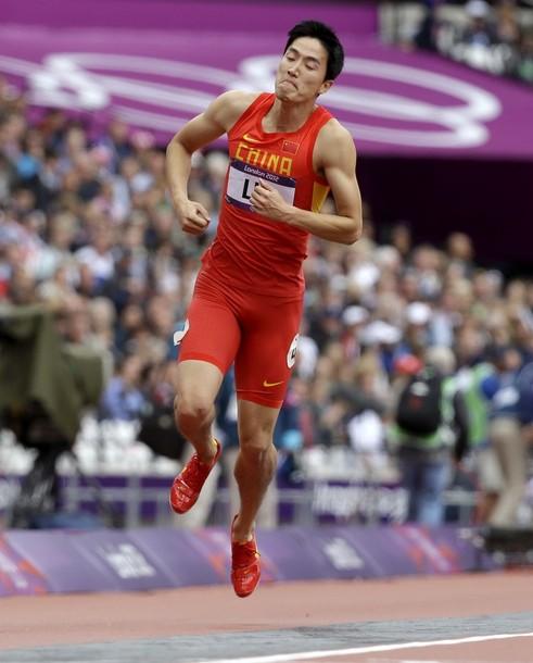 Liu Xiang salta en la pista después de caer en la carrera de los 110 metros con vallas en el Estadio Olímpico de Londres. Foto: AP Photo/Anja Niedringhaus.