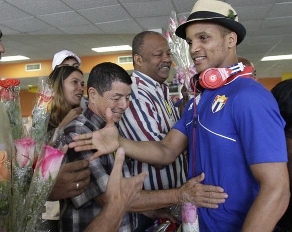Llegan a la Habana deportistas participantes en las Olimpiadas de Londres 2012. A la derecha, Roniel Iglesias, campeón Olimpico de Boxeo. Foto: Ismael Francisco/Cubadebate.