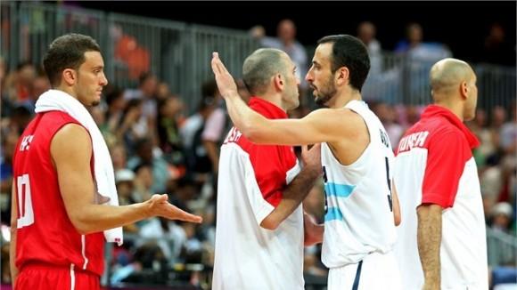 Manu Ginobili, Argentina, saluda al equipo de basket de Túnez, tras la victoria de los argentinos por 92 a 69