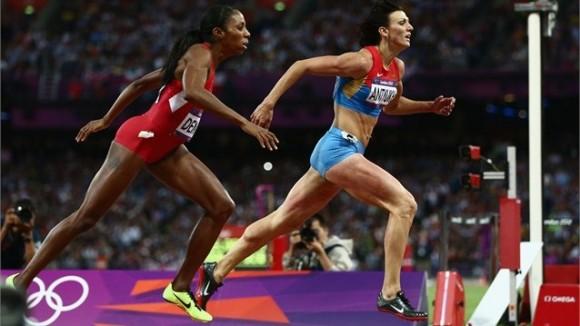 Natalya Antyukh de Rusia cruzó la línea delante de la norteamericana Lashinda Demus y se llevó el Oro en los 400 metros con vallas