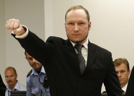 El ultraderechista Breivik ha sonreído al escuchar la sentencia que le condena a 21 años de prisión. Ha llegado a la sala vestido de negro y ha mostrado el saludo de extrema derecha.