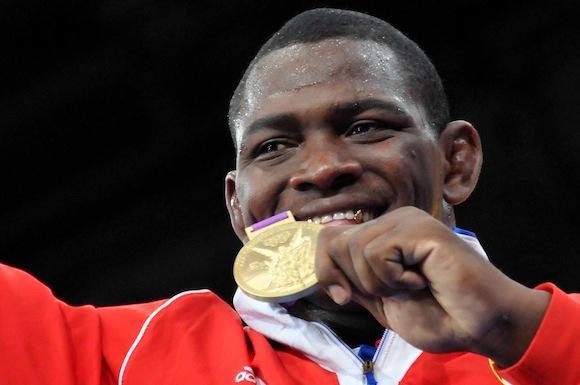 El cubano Mijain López revalidó hoy el título en la categoría de 120 kilos de lucha grecorromana de los Juegos Olímpicos de Londres 2012 al derrotar en la final al estonio Heiki Nabi.  Foto: Ricardo López Hevia