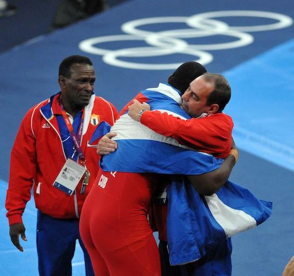 El cubano Mijaín López abraza a sus entrenadores. Foto: Ricardo López Hevia