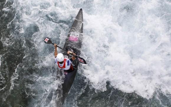 La británica Lizzie Neave durante la semifinal femenina de kayak. Foto: SUZANNE PLUNKETT (REUTERS)