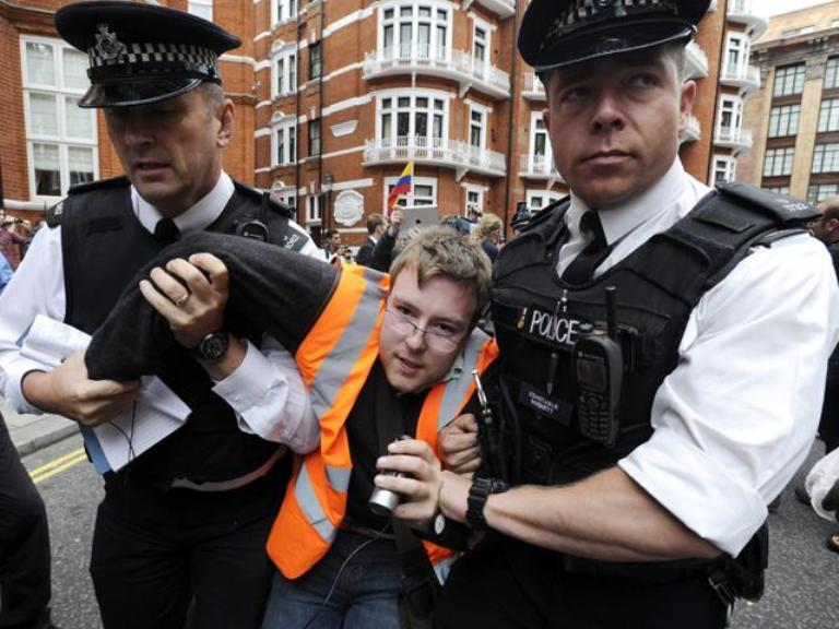 Policía británica arremete contra partidarios de Assange frente a embajada ecuatoriana en Londres. FOTO: EFE