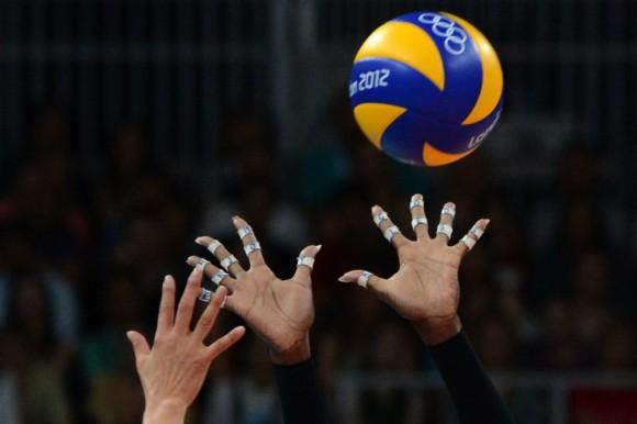 La estadounidense Destinee Hooker intenta atrapar el balón en la semifinal de voleibol contra Corea del Sur.Foto: KIRILL KUDRYAVTSEV (AFP)