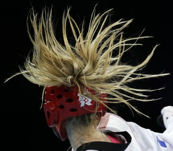 El pelo de la francesa Marlene Harnois durante el torneo de taekwondo contra la chilena Yeny Contreras Loyola. Foto: NG HAN GUAN (AP)