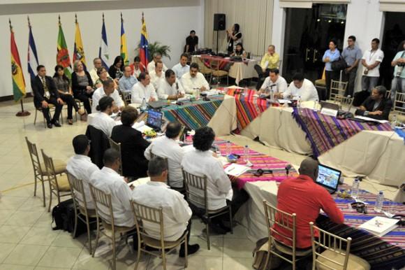 Cancilleres y delegados de los países de la Alianza Bolivariana de las Américas (Alba) se solidarizaron el sábado con Ecuador en una reunión donde ratificaron la inviolabilidad de cualquier sede diplomática en el mundo así como la soberanía e integridad territorial de las naciones. Foto: AFP