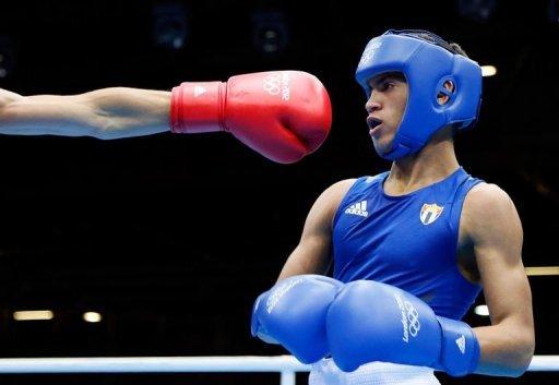 El cubano Ramírez esquiva el guante del mongol Nyambayar. Foto: AFP, Jack Guez)