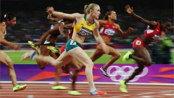 Sally Pearson de Australia ganó en reñida final el oro de los 100 metros con vallas femeninos.